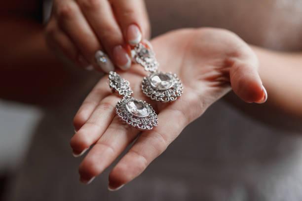 Brautohrierringe auf Brauthand, Braut-Morgen und Schmuck Accessoires und Dekorationskonzept – Foto