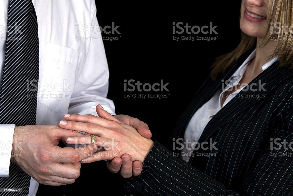 Lo scambio di anelli di nozze: foto stock royalty-free