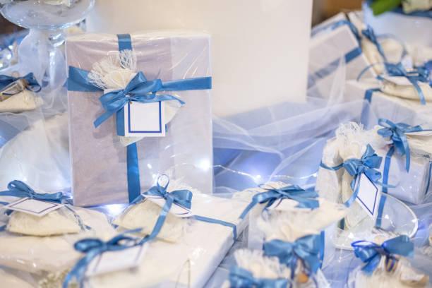 hochzeit gunst verziert mit spitze und blaues band - geschenk zur taufe stock-fotos und bilder