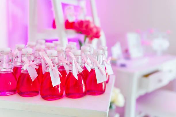 hochzeit bevorzugung in glas - partylabels stock-fotos und bilder