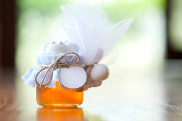 hochzeit bevorzugung mit glas honig - geschenk zur taufe stock-fotos und bilder