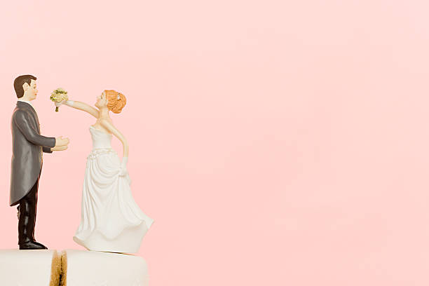 hochzeit-figuren auf kuchen - tortenfiguren stock-fotos und bilder