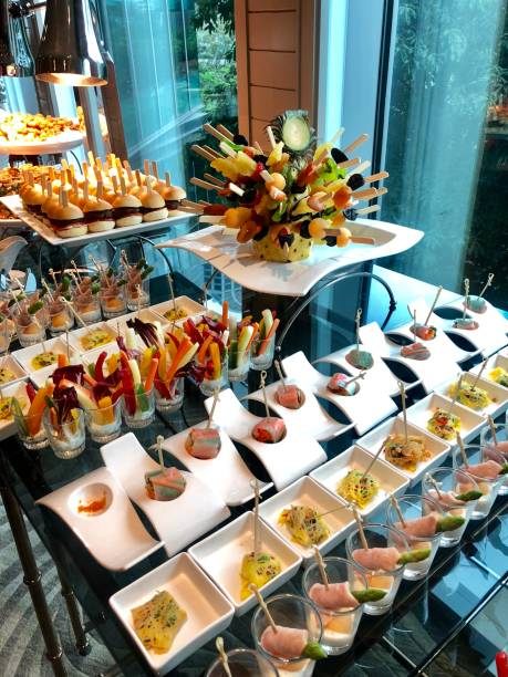 hochzeit-finger-food - esszimmer buffet stock-fotos und bilder