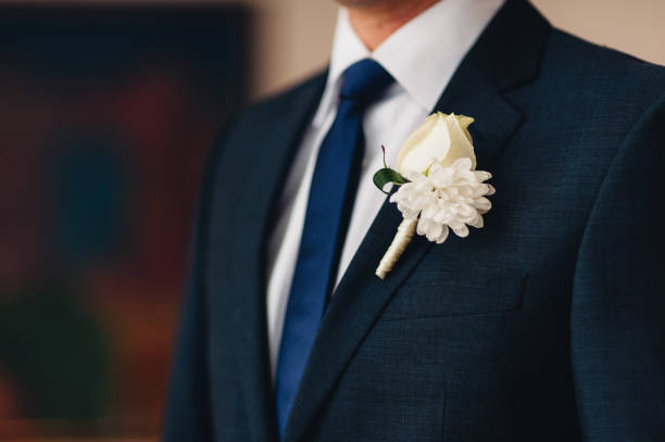 hochzeit blume boutonniere bräutigam - hochzeitsanzug herren stock-fotos und bilder