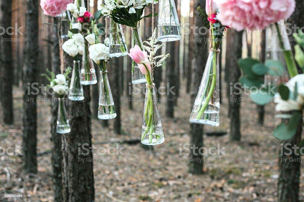 Wedding flowers decoration arch in the forest. Lizenzfreies stock-foto