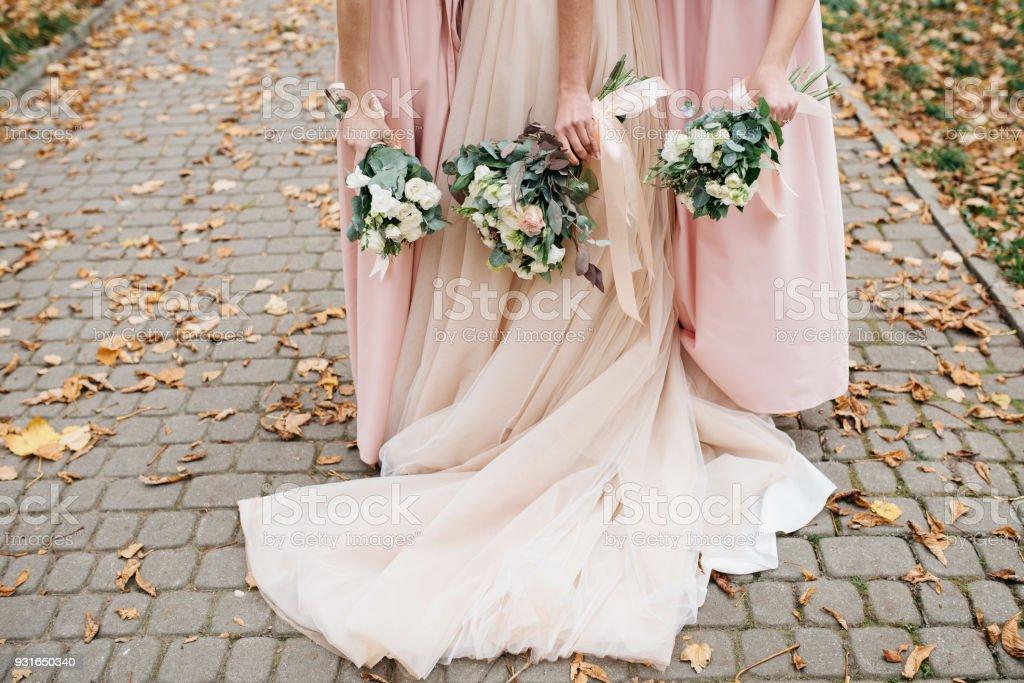 Hochzeit Blumen in der hand der Braut und ihre Brautjungfern. – Foto