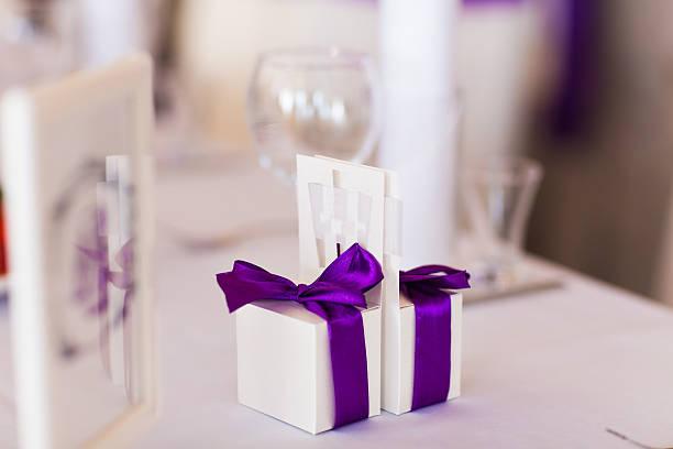 hochzeitsgeschenk für gäste - geschenk zur taufe stock-fotos und bilder