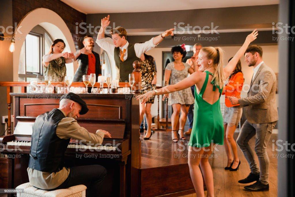 Hochzeitsgaste Die Spass Am Klavier Stock Fotografie Und Mehr Bilder