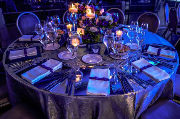 Düğün salonu veya diğer işlevi tesis şık bir akşam yemeği için ayarla stok fotoğrafı