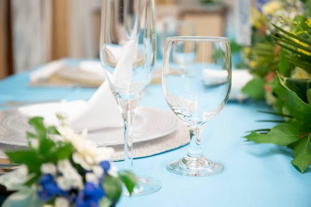結婚式の高い砂の座席カトラリーおよび皿ガラス ストックフォト