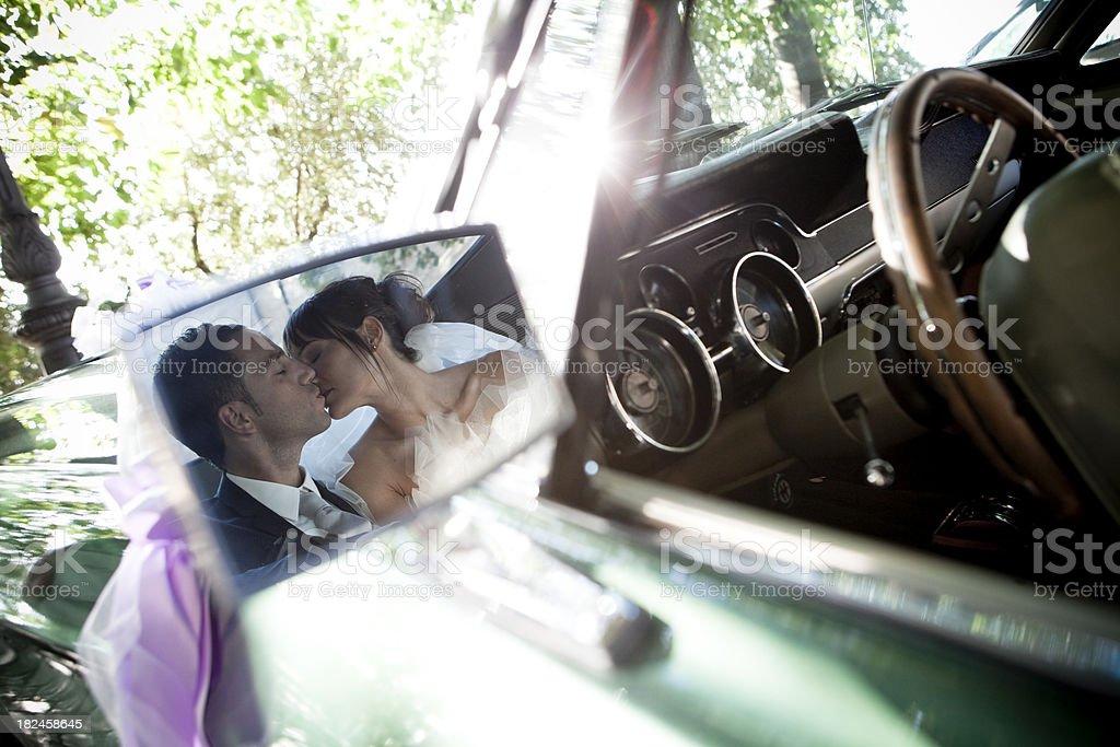 Boda en el coche foto de stock libre de derechos