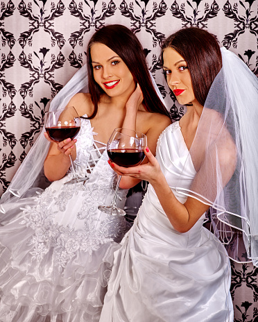 lesbische madchen kussen im kleider