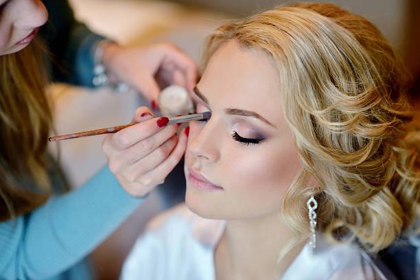 ślubny makijaż artysty dokonywania zrekompensować panna młoda - panna młoda zdjęcia i obrazy z banku zdjęć