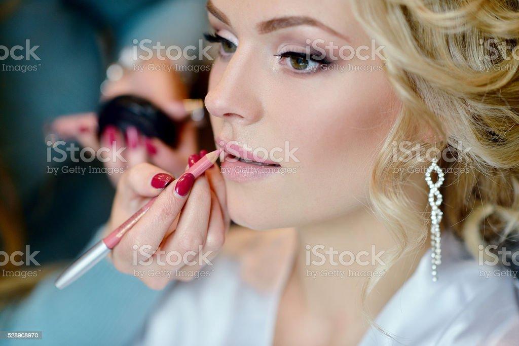 mariage maquillage artiste faisant un maquillage pour la mari e photos et plus d 39 images de. Black Bedroom Furniture Sets. Home Design Ideas