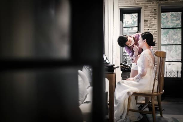 hochzeits-make-up-künstler eine make-up für die braut - brautjungfer kleid china stock-fotos und bilder