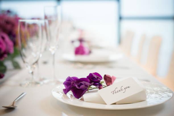 結婚式の宴会でシャンパンフルートと結婚式のパーティー、新郎新婦 - 結婚式 ストックフォトと画像