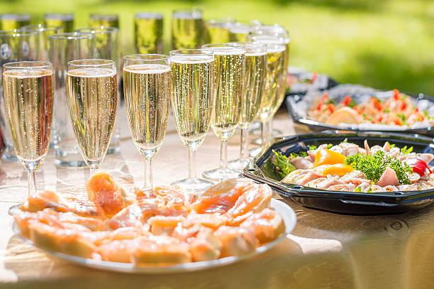hochzeit party-buffet mit champagner und kanapees, sandwiches - mini weinflaschen stock-fotos und bilder