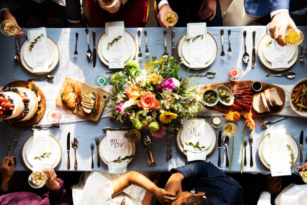 結婚式パーティ新郎新婦のキス - 結婚式 ストックフォトと画像