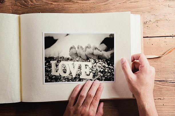 hochzeit fotos auf einem tisch - hochzeitsbilder stock-fotos und bilder