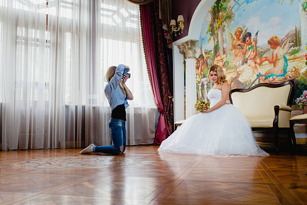 wedding photographer is taking pictures the bride in the studio - hochzeitsfoto posen stock-fotos und bilder