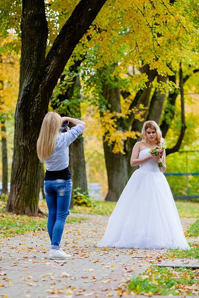 wedding photographer is taking pictures the bride - hochzeitsfoto posen stock-fotos und bilder