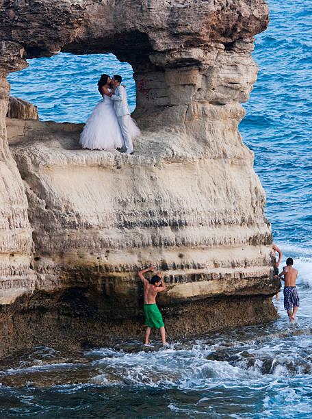 hochzeitsfotos von neu verheiratete paare - hochzeitsreise zypern stock-fotos und bilder