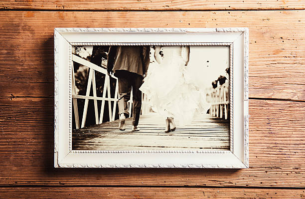 hochzeitsfotos auf einem tisch - hochzeitsbilder stock-fotos und bilder