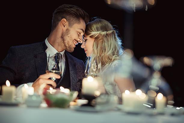 - hochzeit  - bräutigam tisch stock-fotos und bilder