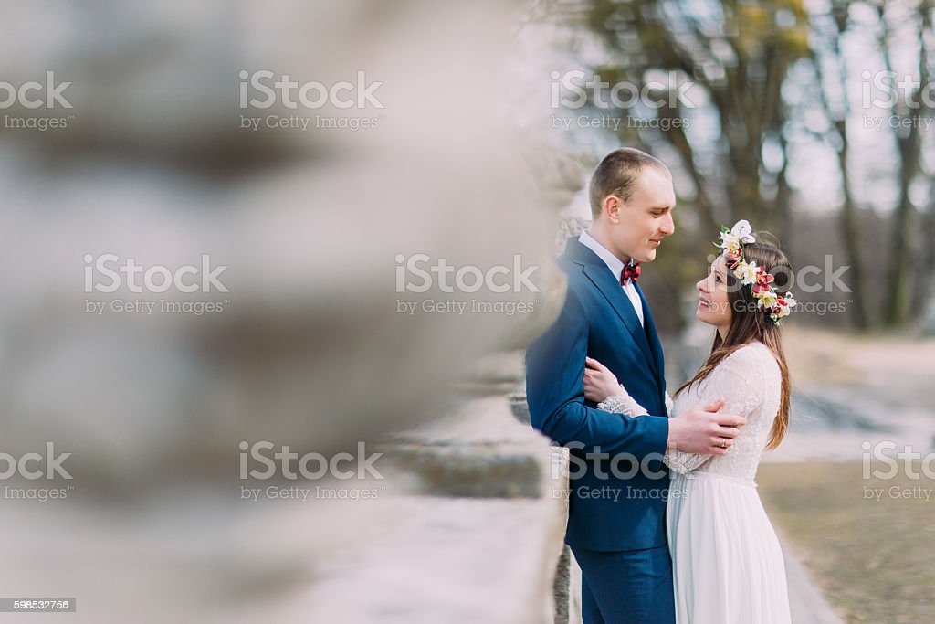Wedding portrait of stylish newlywed couple posing at old stone photo libre de droits