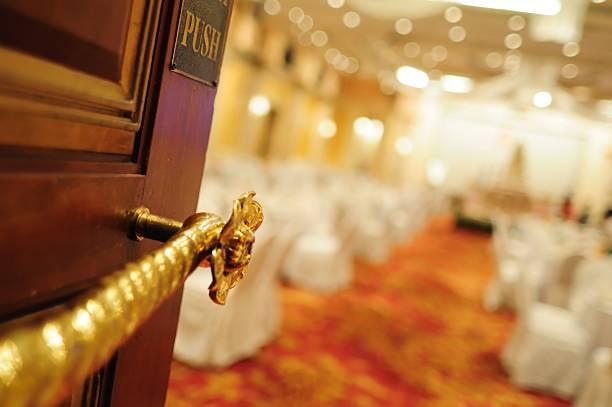 przyjęcie weselne hall wejścia skupić się na drzwiach - sala balowa zdjęcia i obrazy z banku zdjęć