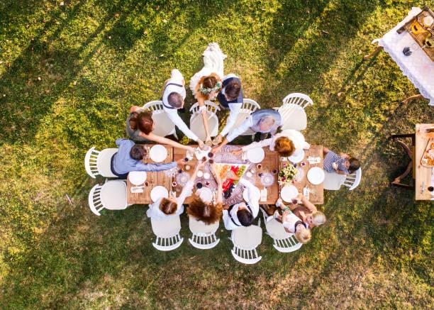 家の裏庭に外の結婚披露宴。 ストックフォト