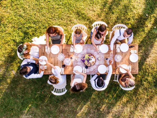 hochzeitsfeier draußen im hinterhof. - bräutigam tisch stock-fotos und bilder