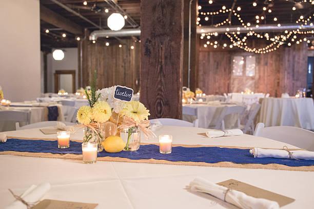 wedding reception table centerpiece in room with lights - bräutigam tisch stock-fotos und bilder