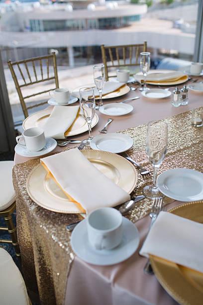 tisch für hochzeitsempfang - tischdeko goldene hochzeit stock-fotos und bilder