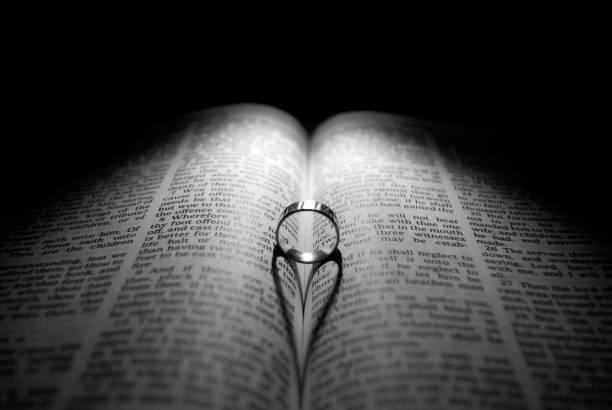 결혼 반지와 성경 스톡 사진
