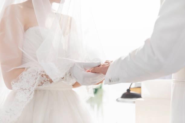 結婚指輪交換 - 結婚式 ストックフォトと画像