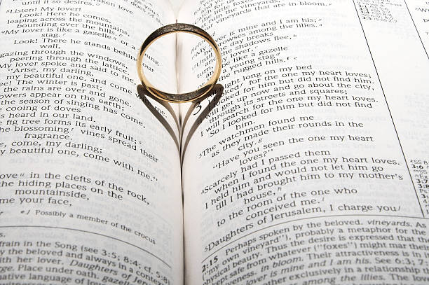 ehering auf eine bibel - verse zur hochzeit stock-fotos und bilder
