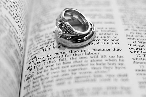 hochzeitsringe und bibel strophe - verse zur hochzeit stock-fotos und bilder