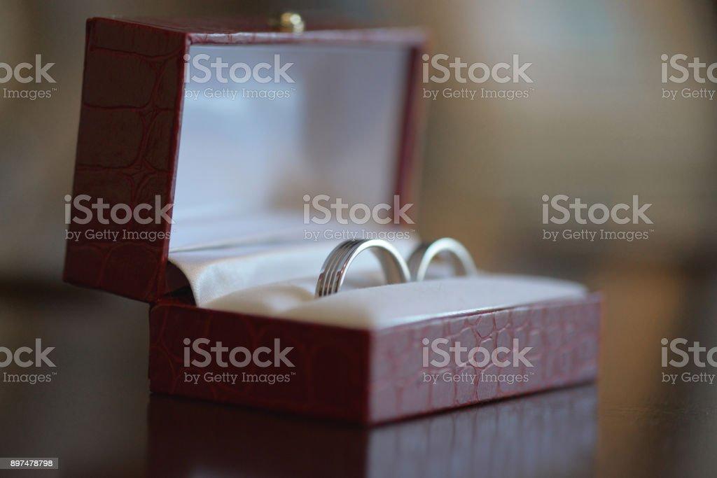 Anillos de boda para ella y para él, sistema en una caja de cuero Burdeos. - foto de stock