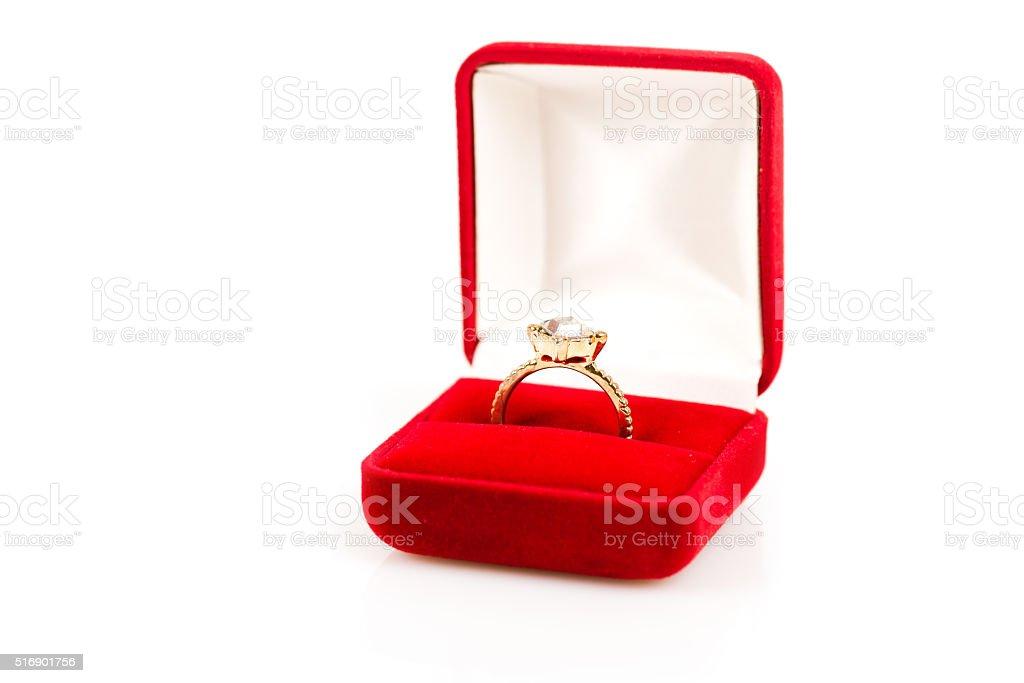 Fedi nuziali in scatola regalo su sfondo bianco - foto stock