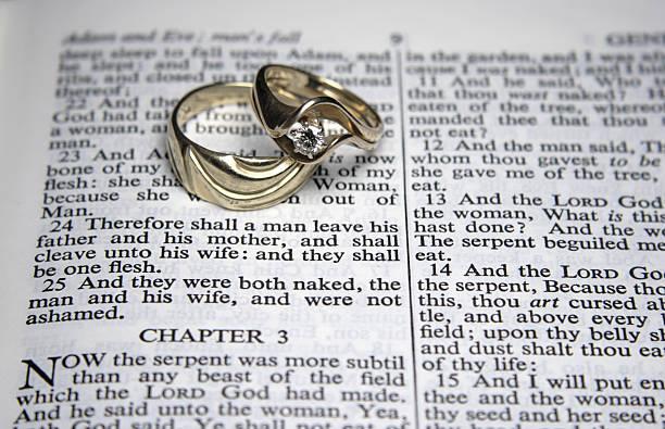 trauringe mit eine offene bibel - verse zur hochzeit stock-fotos und bilder