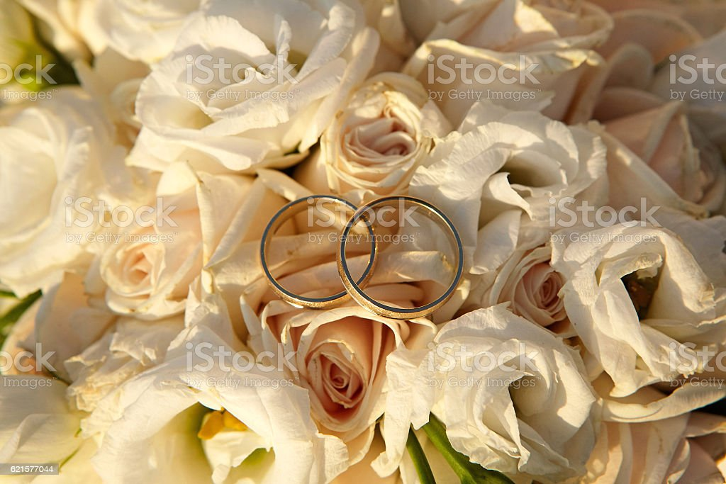 Wedding rings on flowers. photo libre de droits