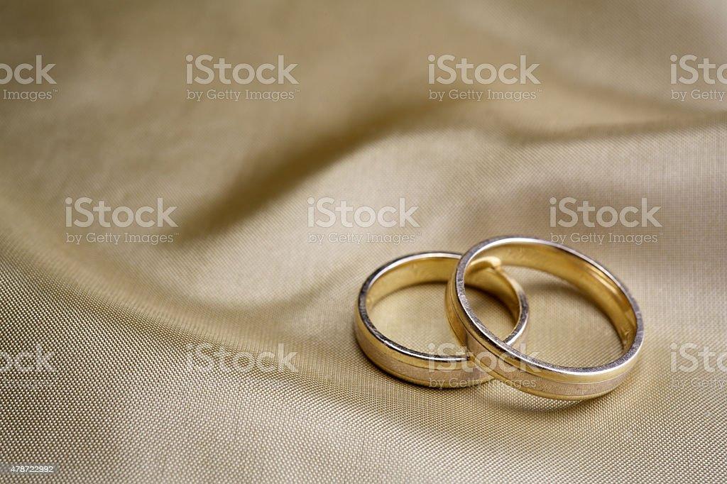 Foto de Alianças De Casamento Em Seda Dourada e mais banco de ... 4f246cfe22166