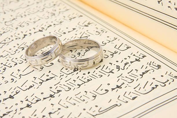 anneaux de mariage sur qur an - mariage musulman photos et images de collection