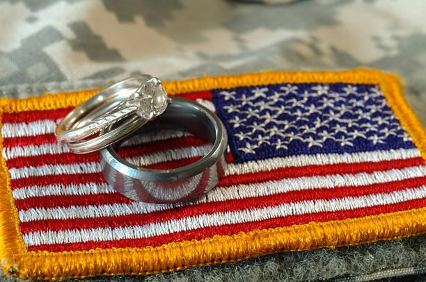 Anneaux de mariage sur l'uniforme drapeau - Photo