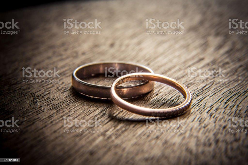 Anillos de boda en madera - foto de stock