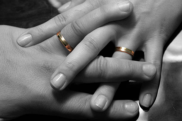 anillos de boda - cosas que van juntas fotografías e imágenes de stock