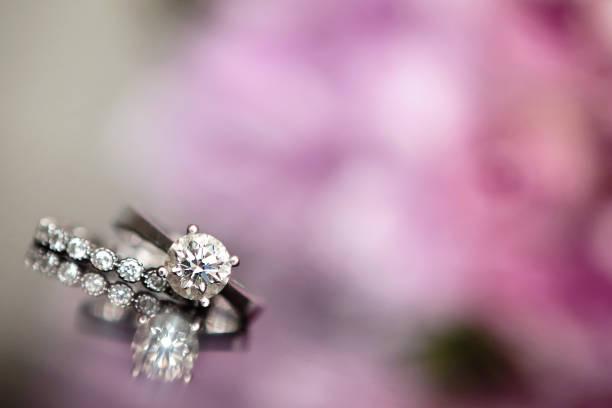 hochzeitsringe - diamantschmuck stock-fotos und bilder