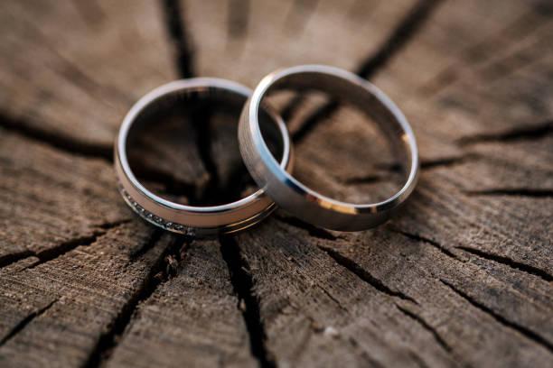 hochzeitsringe - heiratsantragsring stock-fotos und bilder