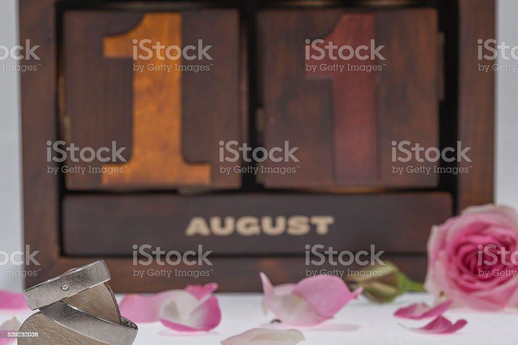 Alianças de casamento com rosas foto royalty-free